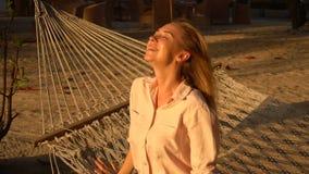Zwolnione tempo prawnika dziewczyny obsiadanie na hamaku cieszy się słońce zdjęcie wideo