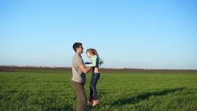 Zwolnione tempo przystojni potomstwa ojcuje rzucać jego uroczej córki w powietrzu aktywne życie piękna pola zielone zdjęcie wideo