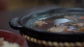 Zwolnione tempo puchar Malajscy wołowina kluski dla gościa restauracji w azjatykciej restauracji zbiory wideo