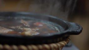 Zwolnione tempo puchar Malajscy wołowina kluski dla gościa restauracji w azjatykciej restauracji zbiory