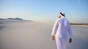 Zwolnione tempo ruchy Arabski UAE Sheikh facet wierzchołek piaskowaty wzgórze nad białym piaskiem w pustyni na jasnym dniu zbiory wideo