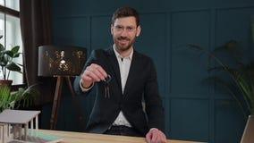 Zwolnione tempo samiec midsection w formalnym kurtki mienia domu wpisuje w ręce i seansie kamera Agent nieruchomości zbiory