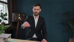 Zwolnione tempo samiec midsection w formalnym kurtki mienia domu wpisuje w ręce i seansie kamera Agent nieruchomości zdjęcie wideo