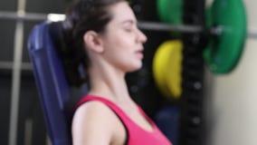 Zwolnione Tempo sekwencja kobieta W Gym Ćwiczyć zbiory wideo