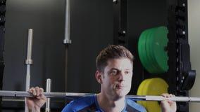 Zwolnione Tempo sekwencja mężczyzna W Gym Ćwiczyć zbiory wideo