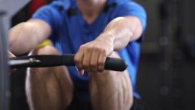 Zwolnione Tempo sekwencja mężczyzna W Gym Ćwiczyć zdjęcie wideo