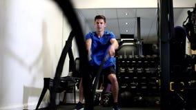 Zwolnione Tempo sekwencja mężczyzna W Gym Pracującym Out zbiory
