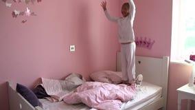 Zwolnione Tempo sekwencja młodej dziewczyny doskakiwanie Na Jej łóżku zbiory
