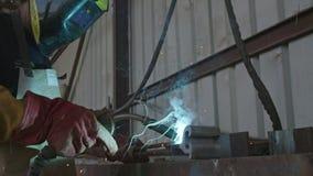 Zwolnione tempo spawacz spawalniczej budowy stalowe ramy zbiory wideo