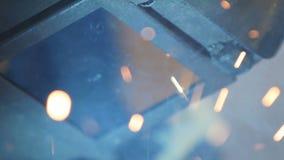 Zwolnione Tempo spawacz w Ochronnym hełmie Robi iskry prysznic zdjęcie wideo