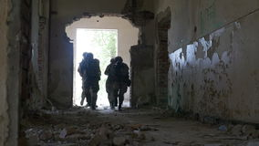 Zwolnione tempo specjalna infiltraci jednostka chodzi wejście zaniechany budynek podczas gdy szukający dla wroga zdjęcie wideo