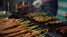 Zwolnione tempo sprzedawcy kulinarny Tajwański kurczak na kiju Nocy targowa ulica zdjęcie wideo