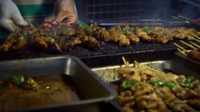 Zwolnione Tempo sprzedawcy kulinarny Tajwański kurczak na kiju Nocy targowa ulica zbiory wideo