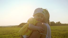 Zwolnione tempo strzał szczęśliwy macierzysty przytulenie jej mała dziewczynka przy zmierzchem zdjęcie wideo