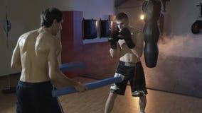 Zwolnione tempo strzelanina cropped rama bokser trenuje z jego trenerem, spełnia dokładność wpływ i prędkość zbiory wideo