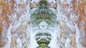 Zwolnione tempo w g?r? halnej rzeki w zimie obok ziele? mech i ?niegu Kalejdoskopu skutek zdjęcie wideo