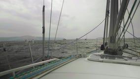 Zwolnione tempo widok linia brzegowa, burzowa woda rzeka i łodzie na nim, Widok od żeglowanie jachtu deski zdjęcie wideo