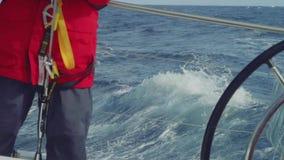 Zwolnione tempo widok yachtsmen podczas ruchu na stern jachtu żeglowanie w Atlantyk zbiory