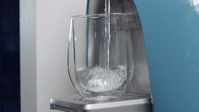 Zwolnione tempo wodny filiżanki plombowanie w wodnej filtruje maszynie zbiory