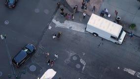 Zwolnione Tempo Wysokiego kąta widok ruch drogowy i Pedestrians na 5th alei w Manhattan zdjęcie wideo