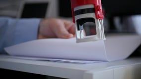 Zwolnione Tempo z biznesmenem w Biurowy Izbowy Zatwierdzać kontrakt i Stemplować zbiory