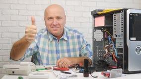 Zwolnione Tempo z Komputerowym technikiem Patrzeje Szczęśliwy kamera i aprobaty zbiory
