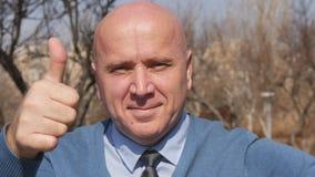 Zwolnione Tempo z mężczyzną Wskazuje z palcem i aprobatami Pokazuje Dobrego praca znaka zbiory