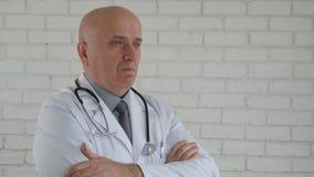 Zwolnione Tempo z Poważną lekarką Robi zaprzeczającej głowie Gestykuluje nie pochwalać znaka zdjęcie wideo