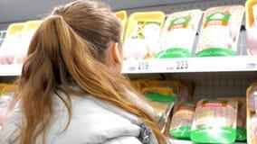 Zwolnione tempo zadka widoku blond kobieta wybiera świeżego mięso zbiory