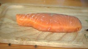 Zwolnione tempo - Zamyka up wyśmienity szef kuchni lub kucharz przyprawia świeżego kawał delikatesy kawałek łosoś ryba z morze so zbiory wideo