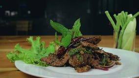 Zwolnione tempo - Zamyka w górę kucharstwo pokrajać piec na grillu wołowiny sałatki z pieprzu i oregano liśćmi zbiory
