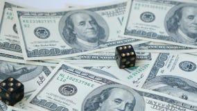 Zwolnionego tempa dwa czarne kostki do gry, bzdury, rzucać na dolara tle, Poj?cie uprawia? hazard zbiory