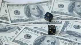 Zwolnionego tempa dwa czarne kostki do gry, bzdury, rzucać na dolara tle, Poj?cie uprawia? hazard zbiory wideo
