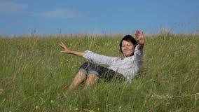 Zwolnionego tempa wideo - kobiety czytelnicza książka wtedy kłaść w dół w trawie na zielonym gazonie zbiory wideo