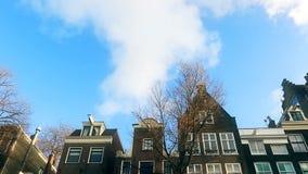 Zwolnionego tempa wideo widok od kanału ulicy, kanały z starymi flamish domami i mosty w Amsterdam, zbiory