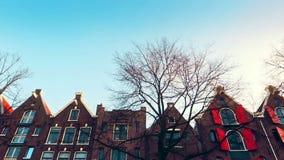 Zwolnionego tempa wideo widok od kanału ulicy, kanały z starymi flamish domami i mosty w Amsterdam, zdjęcie wideo