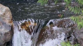 Zwolnionego tempa wodny dolewanie nad skałami na szczyciefal tg0 0n w tym stadium spadków zbiory wideo