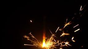 Zwolnionych temp żółci sparklers błyskają na czarnym tle zdjęcie wideo