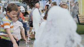Zwolnionych Temp dzieci Szczęśliwa sztuka przy Skokową fontanną zbiory