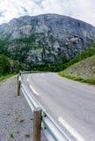 Zwrot droga między skalistymi górami Obrazy Royalty Free