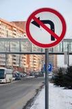 Zwrot opuszczać zabrania Ruchu drogowego znak z krzyżującą out strzała Fotografia Stock