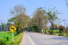 Zwrot opuszczać podpisuje na wiejskiej drodze Zdjęcia Royalty Free
