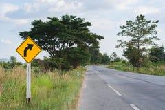 Zwrota prawy drogowy znak na wiejskiej drodze Zdjęcia Stock