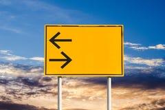 Zwrota ruchu drogowego lewy i prawy znak Zdjęcia Royalty Free