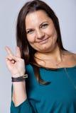 Zwycięska Dojrzała kobieta Pokazuje zwycięstwo znaka Fotografia Stock