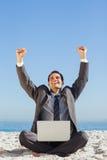 Zwycięski młody biznesmen z jego laptopem Fotografia Royalty Free