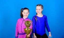 zwycięstwo nastoletnie dziewczyny Akrobacje i gimnastyka Mała dziewczynka chwyta skoku arkana Zwycięzca w rywalizacji Sporta sukc obraz stock