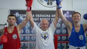 Zwycięstwo w bokserskiej rywalizaci, arbiter podnosi ręki mistrzowie po walki na pierścionku zbiory