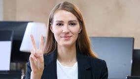 Zwycięstwo znak kobietą w biurze Fotografia Royalty Free