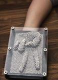 Zwycięstwo znak na ręce naciskającej szpilki deski zabawkarski tworzyć Obrazy Royalty Free